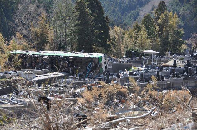 墓地の中、横たわる電車=2011年4月17日、宮城県女川町