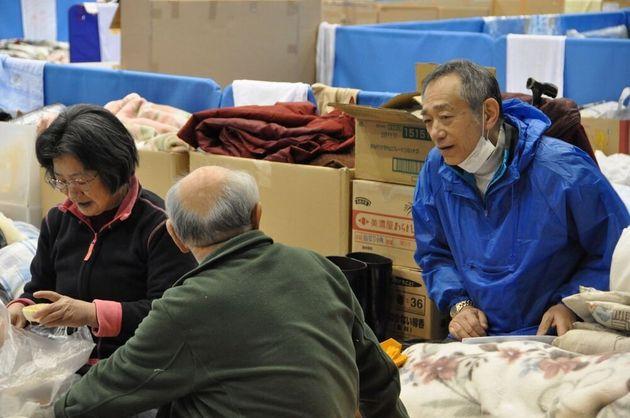 初めて立ち寄った避難所で被災者に声をかける牧さん=宮城県気仙沼市