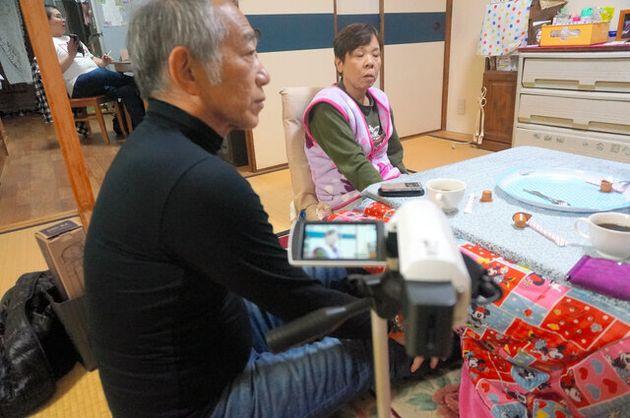 神戸で被災者の証言を聞く牧さん(手前)=2016年、朝日新聞社撮影