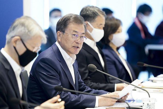 문재인 대통령이 9일 경기도 성남 한국파스퇴르연구소에서 열린 코로나19 치료제·백신 개발 산·학·연·병 합동 회의에서 발언을 하고 있다. (청와대 제공)