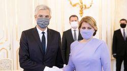 Με μάσκα και γάντια ορκίστηκε ο νέος υπουργός Εξωτερικών της