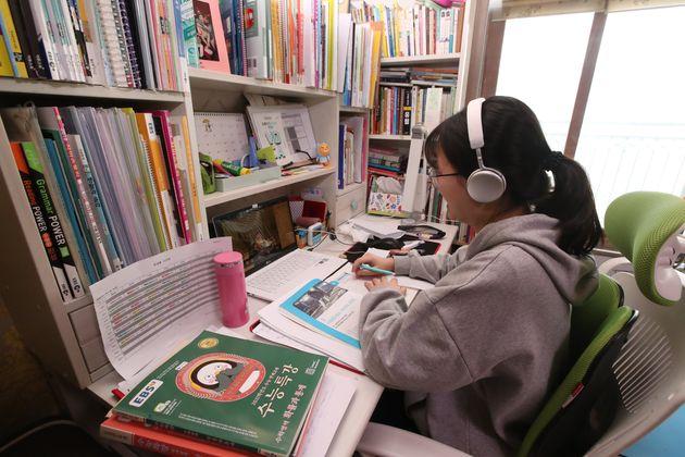 부산 거주 고3 학생이 집에서 원격 수업을 듣고 있다. 2020. 4.