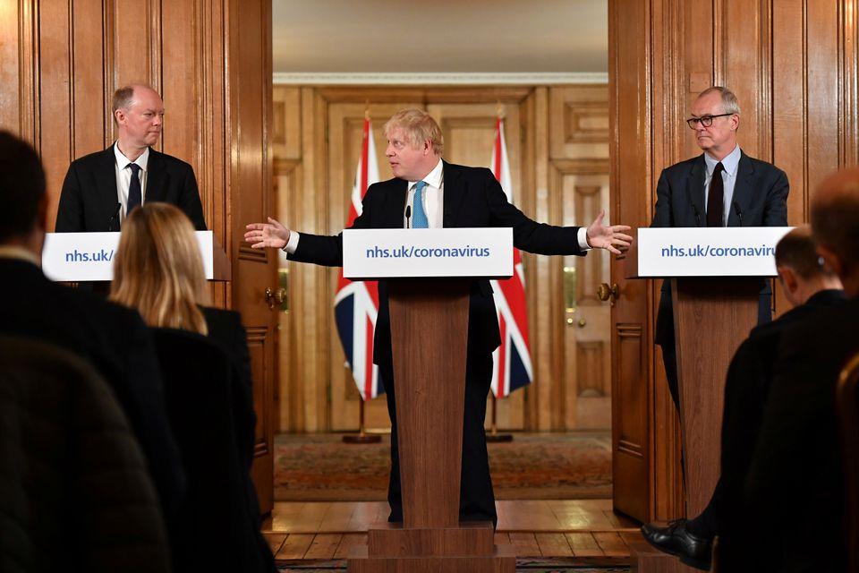 보리스 존슨 영국 총리가 총리실에서 정부 수석 의료 고문 크리스 위티 박사(왼쪽),정부 수석 과학 고문 패트릭 발란스 박사(오른쪽)와 함께 코로나19 브리핑을 열고 있다....