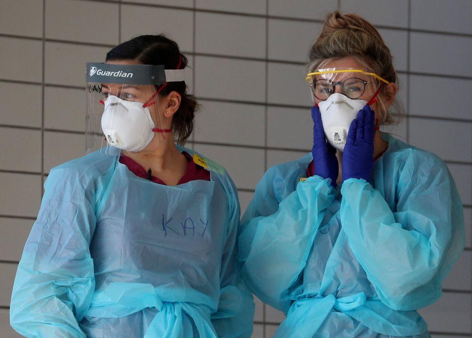 현장에서 코로나19 환자들을 치료하는 의료진들은 보호복이나 마스크 등 보호장비 부족으로 어려움을 겪었다. 2020년