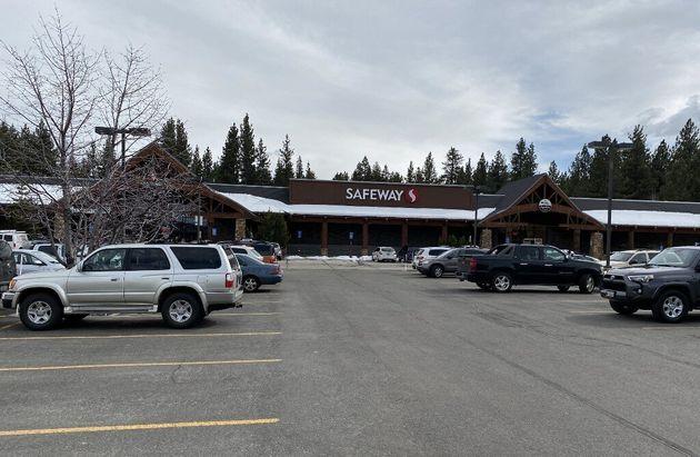 Une Américaine de 53 ans a été arrêtée mercredi à South Lake Tahoe pour avoir léché des produits dans...