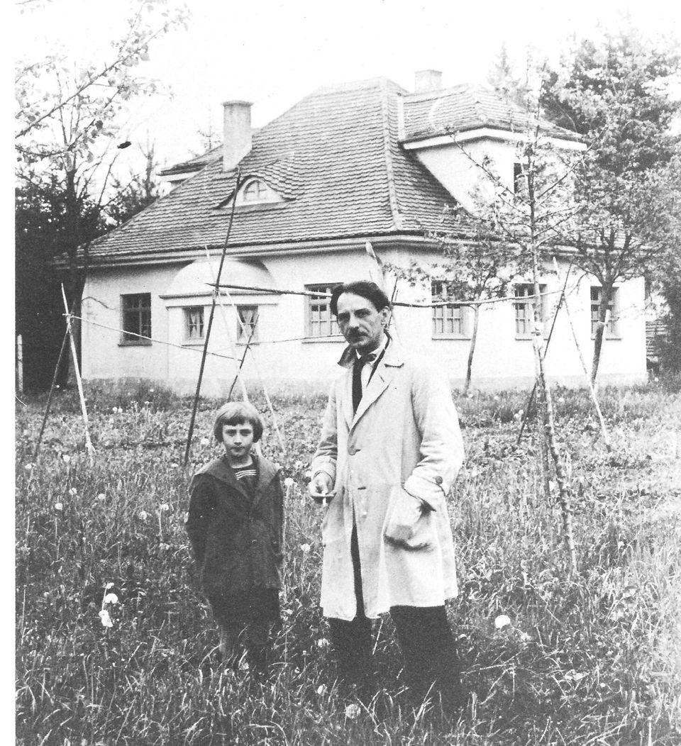 Ο Γιώργος Μπουζιάνης με τον γιό του μπροστά από το σπίτι του στο Eichenau στη Γερμανία. Έτος