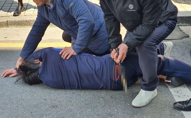 9일 오전 서울 광진구 자양동 인근에서 유세중이던 오세훈 미래통합당 광진을 후보에게 흉기를 가지고 접근한 남성이 경찰에 체포되고
