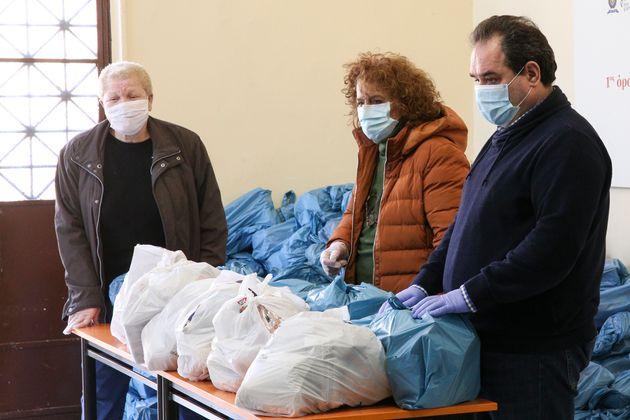 «Γεύματα αγάπης» για τις καθημερινές ανάγκες των αστέγων από την «ΑΠΟΣΤΟΛΗ» και τον Δήμο