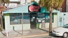 Bar Besitzer Zahlt Out-Of-Work Mitarbeiter $3,714 Mit Bargeld, Das An Die Wände Geheftet