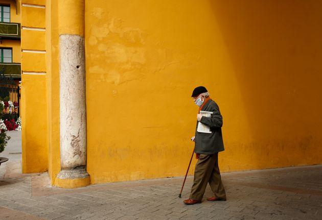 Un hombre mayor durante la pandemia, en
