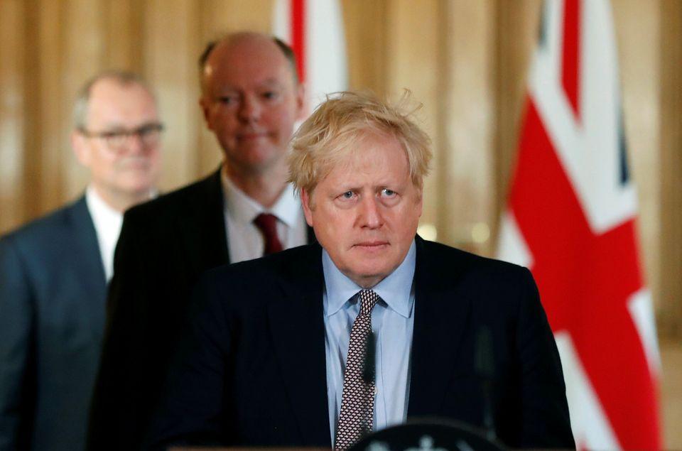 보리스 존슨 총리가 코로나19 브리핑을 위해 회견장에 들어서고 있다. 2020년