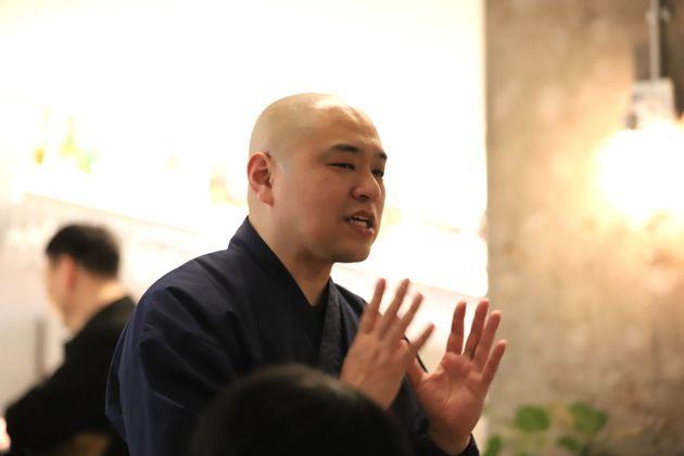「暗闇ごはん」で参加者に語りかける青江覚峰さん