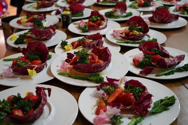 千葉県館山市のメニュー、苺と花のサラダ