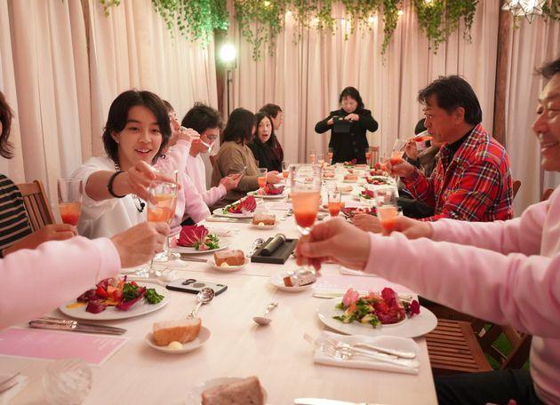 千葉県館山市で、地元の方々との食事会の様子
