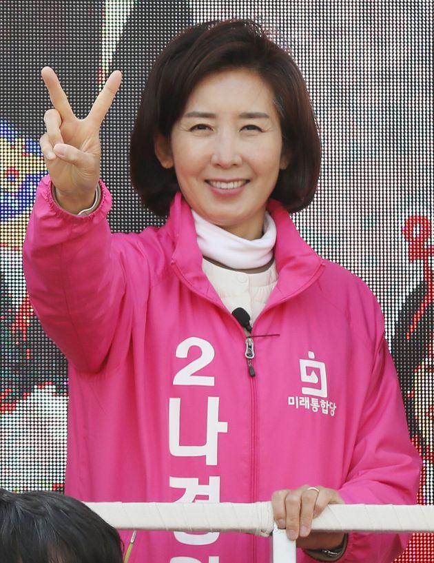 나경원 미래통합당 동작을 후보가 9일 오후 서울 동작구 흑석시장 일대에서 유세차에 올라 유권자들에게 지지를 호소하고