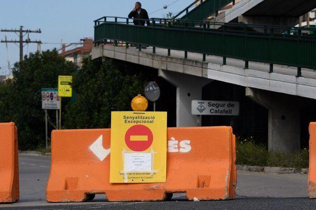 Des municipalités de la côte espagnole, comme ici à Calafell, ont décidé de fermer leurs routes avec...