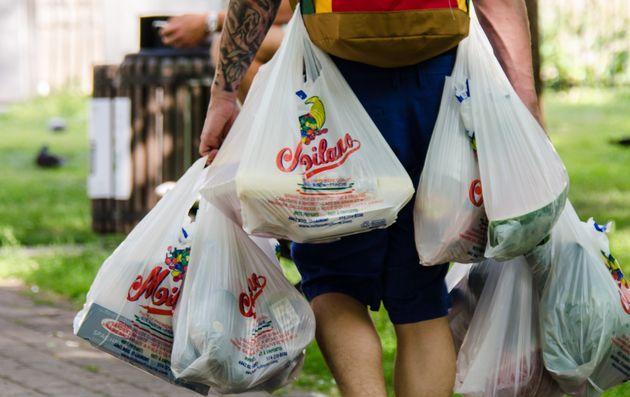 Stop alle borse di tela: per paura del coronavirus tornano i sacchetti di plastica negli