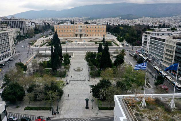 Bloomberg: Η Ελλάδα δείχνει πώς αντιμετωπίζεται η κρίση του