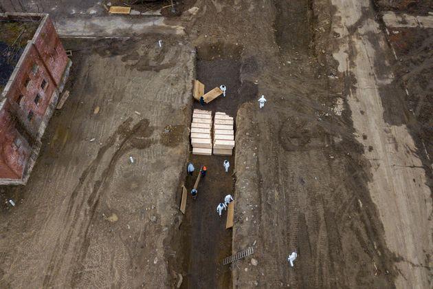 New York scava fosse comuni nel Bronx, mentre la pandemia