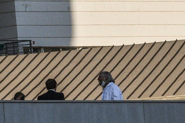 Emmanuel Macron rendant visite au professeur Didier Raoult à Marseille le 9