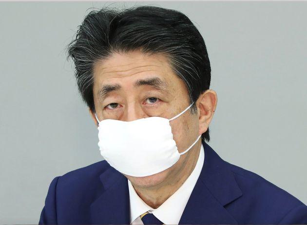 新型コロナウイルス感染症対策本部で緊急事態宣言を発令した安倍晋三首相