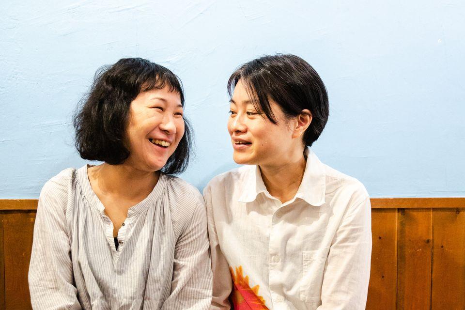 (左から)小野春さんとパートナーの西川麻実さん