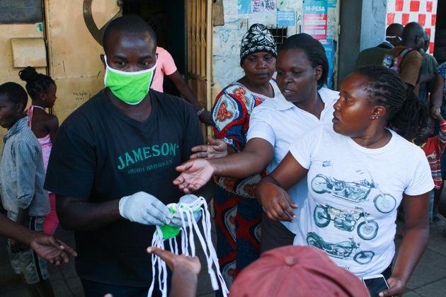Des masques en tissu sont distribués aux habitants des bidonvilles de Mathare, l'un des plus denses...