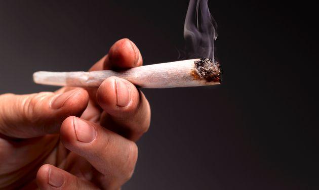 Γιατί όποιος καπνίζει κάνναβη κινδυνεύει περισσότερο από τον