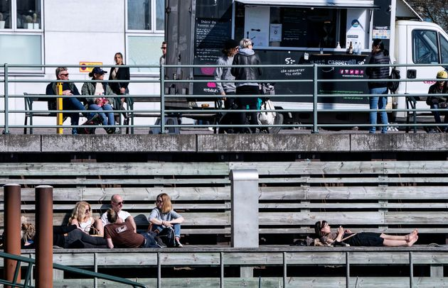 Des habitants profitant d'une journée ensoleillée à Malmö, en Suède,...