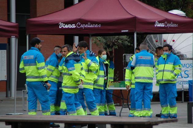 Sanitarios de Summa 112 de la Comunidad de Madrid en una pausa para almorzar en