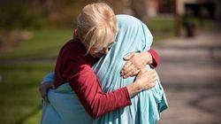 新型コロナでハグできなくなった親子。ICU看護師の娘に母がシーツをかぶせて抱きしめる