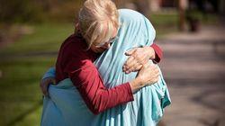 연로한 엄마와 간호사 딸이 포옹을 하기 위해 선택한 귀여운