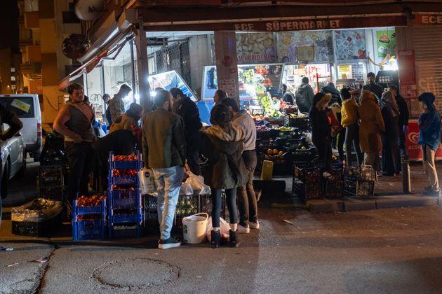 Σκηνές πανικού στην Τουρκία - Συνωστισμός και ξύλο έξω από σούπερ μάρκετ μετά την απαγόρευση