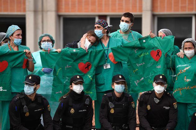 Personal sanitario y policías junto al hospital Severo Ochoa, en Leganés