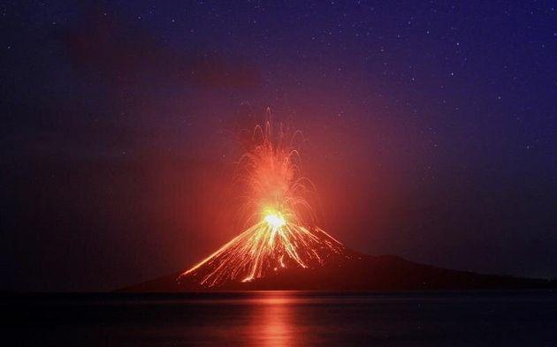 El volcán indonesio hijo del Krakatoa expulsa nubes de ceniza, humo y