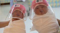 La explicación a la foto viral de dos bebés con un protector facial de plástico en un hospital de
