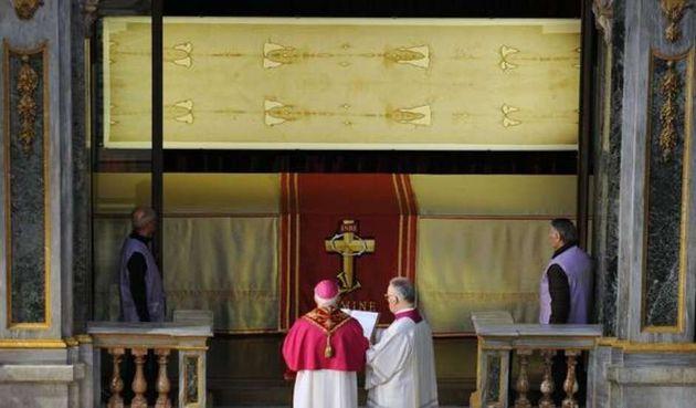 Papa Francisco uniu-se aos fiéis em orarão diante do tecido