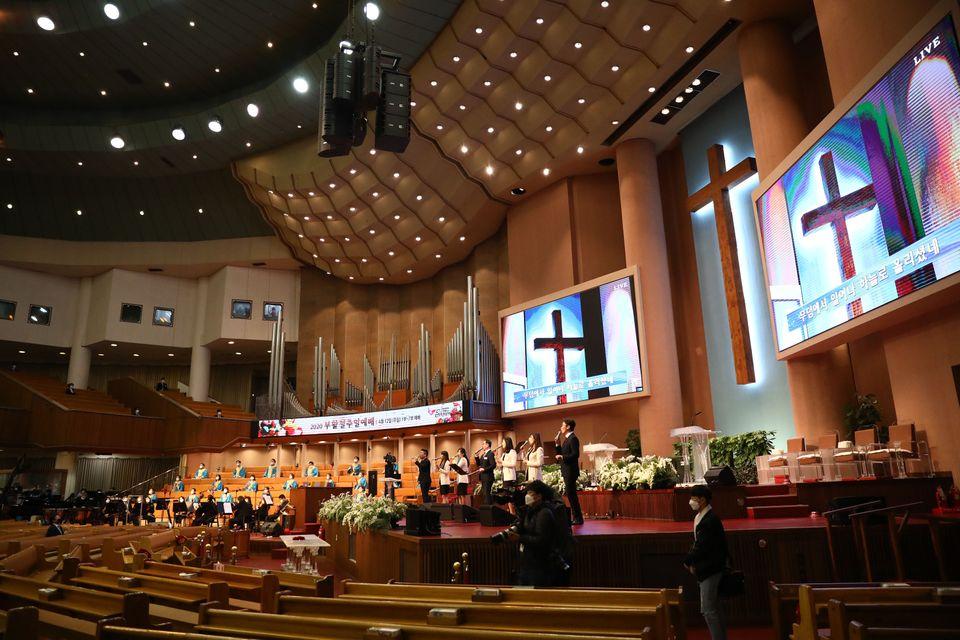 12일 서울 여의도순복음교회에서 소수의 신도들만 참석한 가운데 부활절 예배가 진행되고