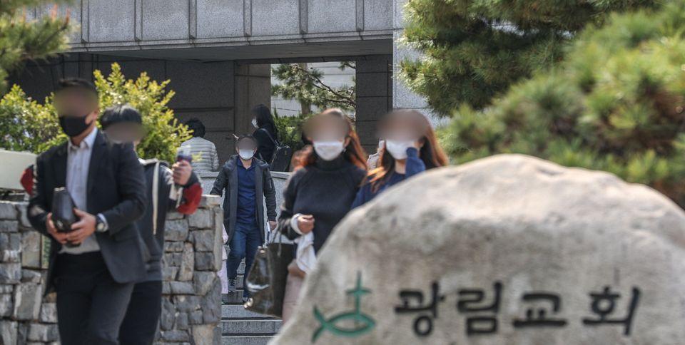 부활절인 12일 서울 강남구 광림교회에서 신도들이 예배를 마치고 교회를 나서고
