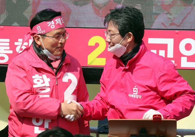 황교안 미래통합당 대표와 유승민 의원이12일 서울 청계광장에서 열린 집중 유세에서 악수를 나누고