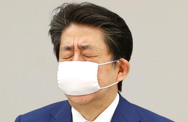 관저에서 코로나19 대책본부 회의를 마친 아베 신조 일본 총리가 눈을 감고 있다. 2020년