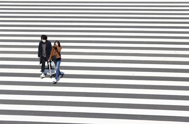 일본 정부는 도쿄 등 7개 지역에 대해 긴급사태를 선언했다. 사진은 도쿄 신주쿠에서 횡단보도를 건너는 사람들의 모습. 2020년