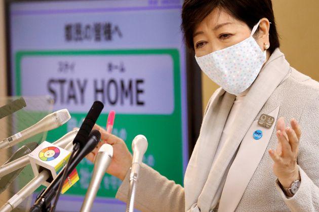고이케 유리코 일본 도쿄도 지사가 코로나19 브리핑에서 발언하고 있다. 2020년