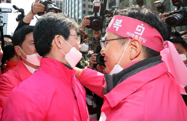 유승민 의원과 황교안 대표가 포옹하는