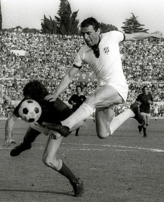 Roma, 19 Maggio 1974 - Roma - Cagliari : Gigi Riva in azione. ANSA ARCHIVIO /