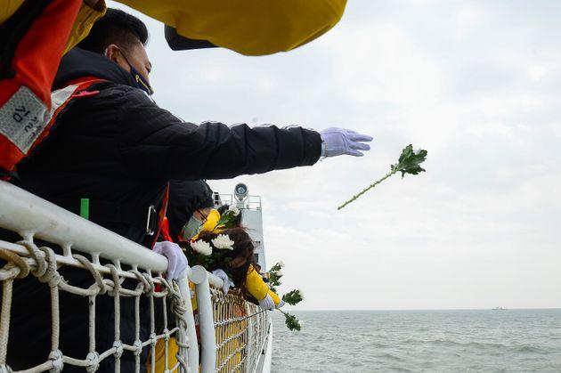 세월호 참사 6주기를 나흘 앞둔 12일 오전 전남 진도군 동거차도 앞 세월호 침몰 해역에서 유가족들이 헌화하고