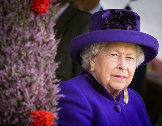 """La regina Elisabetta e gli auguri di Pasqua: """"Il virus non vincerà. La luce trionferà sulle"""
