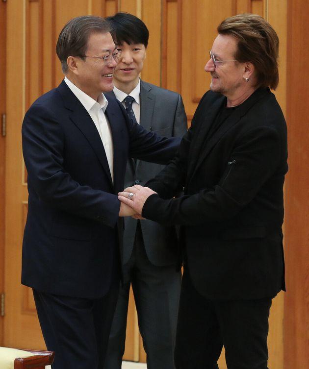문재인 대통령이 지난해 12월 9일 오전 청와대 본관 접견실에서 록밴드 U2의 보컬이자 사회운동가 보노(본명 폴 데이비드 휴슨)와 인사하고