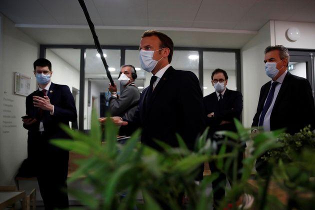 Emmanuel Macron à Pantin, lors d'une visite d'un centre médical le 17