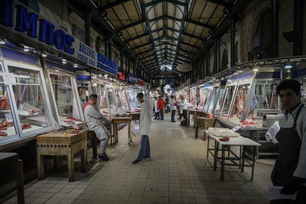 Εικόνα από την κάποτε γεμάτη Κεντρική Αγορά της Αθήνας (Βαρβάκειο) χθες,